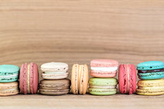 Εικόνα εστίασης σωρών ζωηρόχρωμου γαλλικού Macarons Στοκ εικόνα με δικαίωμα ελεύθερης χρήσης