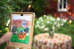 εικόνα ζωγραφικής χεριών καλλιτεχνών jasmin των λουλουδιών και του σπιτιού εξοχικών σπιτιών Στοκ φωτογραφίες με δικαίωμα ελεύθερης χρήσης