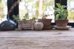 Εικόνα θαμπάδων κινηματογραφήσεων σε πρώτο πλάνο ενός ξύλινου πίνακα με flowerpots στοκ εικόνα με δικαίωμα ελεύθερης χρήσης