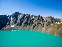 Εικόνα κηφήνων από τη λίμνη βουνών με το χιόνι και την μπλε λίμνη βουνών Skyfrom με το χιόνι και το μπλε ουρανό Στοκ Φωτογραφία