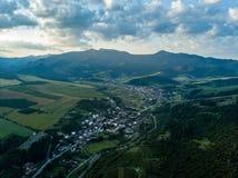 εικόνα κηφήνων εναέρια άποψη της αγροτικής περιοχής βουνών στη Σλοβακία, vil στοκ εικόνες με δικαίωμα ελεύθερης χρήσης
