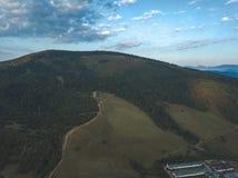 εικόνα κηφήνων εναέρια άποψη της αγροτικής περιοχής βουνών στη Σλοβακία, vil στοκ φωτογραφία με δικαίωμα ελεύθερης χρήσης