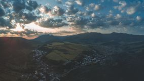 εικόνα κηφήνων εναέρια άποψη της αγροτικής περιοχής βουνών στη Σλοβακία, vil στοκ εικόνα