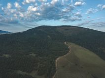 εικόνα κηφήνων εναέρια άποψη της αγροτικής περιοχής βουνών στη Σλοβακία, vil στοκ φωτογραφία