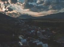 εικόνα κηφήνων εναέρια άποψη της αγροτικής περιοχής βουνών στη Σλοβακία, vil στοκ εικόνες