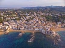 Εικόνα κηφήνων πέρα από το παράκτιο, μικρό χωριό Calella de Palafrugell Κόστα Μπράβα της Ισπανίας στοκ εικόνες