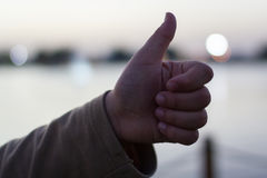Εικόνα κινηματογραφήσεων σε πρώτο πλάνο ενός χεριού με τον αντίχειρα επάνω στοκ φωτογραφία με δικαίωμα ελεύθερης χρήσης