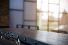 Εικόνα κινηματογραφήσεων σε πρώτο πλάνο του ξύλινου πίνακα ύφους σοφιτών στον καφέ με το εκλεκτής ποιότητας υπόβαθρο θαμπάδων στοκ φωτογραφία με δικαίωμα ελεύθερης χρήσης