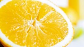 Εικόνα κινηματογραφήσεων σε πρώτο πλάνο του juicy πορτοκαλιού πολτού πέρα από το άσπρο υπόβαθρο Στοκ φωτογραφία με δικαίωμα ελεύθερης χρήσης
