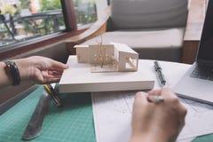 Εικόνα κινηματογραφήσεων σε πρώτο πλάνο των αρχιτεκτόνων που σύρουν το έγγραφο σχεδίων καταστημάτων με το πρότυπο αρχιτεκτονικής Στοκ εικόνες με δικαίωμα ελεύθερης χρήσης