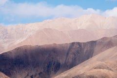 Εικόνα κινηματογραφήσεων σε πρώτο πλάνο των βουνών και του μπλε ουρανού με το υπόβαθρο σύννεφων σε Ladakh Στοκ Εικόνα