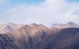 Εικόνα κινηματογραφήσεων σε πρώτο πλάνο των βουνών και του μπλε ουρανού με το υπόβαθρο σύννεφων σε Ladakh Στοκ Φωτογραφίες