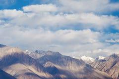 Εικόνα κινηματογραφήσεων σε πρώτο πλάνο των βουνών και του μπλε ουρανού με το υπόβαθρο σύννεφων σε Ladakh Στοκ φωτογραφίες με δικαίωμα ελεύθερης χρήσης
