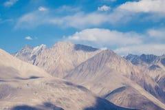 Εικόνα κινηματογραφήσεων σε πρώτο πλάνο των βουνών και του μπλε ουρανού με το υπόβαθρο σύννεφων σε Ladakh Στοκ Φωτογραφία