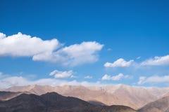 Εικόνα κινηματογραφήσεων σε πρώτο πλάνο των βουνών και του μπλε ουρανού με το υπόβαθρο σύννεφων σε Ladakh Στοκ Εικόνες