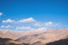 Εικόνα κινηματογραφήσεων σε πρώτο πλάνο των βουνών και του μπλε ουρανού με το υπόβαθρο σύννεφων σε Ladakh Στοκ εικόνες με δικαίωμα ελεύθερης χρήσης