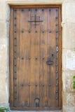 Εικόνα κινηματογραφήσεων σε πρώτο πλάνο της αρχαίας ισπανικής πόρτας, Μεσόγειος, Καταλωνία, Peretallada. Στοκ εικόνα με δικαίωμα ελεύθερης χρήσης