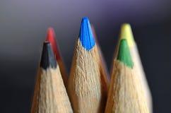 Εικόνα κινηματογραφήσεων σε πρώτο πλάνο των πολύχρωμων μολυβιών στο υπόβαθρο θαμπάδων Στοκ Φωτογραφίες