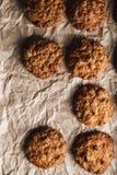 Εικόνα κινηματογραφήσεων σε πρώτο πλάνο oatmeal των μπισκότων με τα καρύδια σε ένα πνεύμα δίσκων ψησίματος στοκ φωτογραφία με δικαίωμα ελεύθερης χρήσης