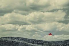 Εικόνα κολάζ φαντασίας Το λοφώδες τοπίο και το μικρό σπίτι είναι μικρά στα σύννεφα στοκ φωτογραφίες με δικαίωμα ελεύθερης χρήσης