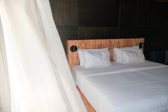 Εικόνα κρεβατοκάμαρων με το φυσικό φως της ημέρας, θερινός αέρας που φυσά στην κουρτίνα στοκ φωτογραφίες