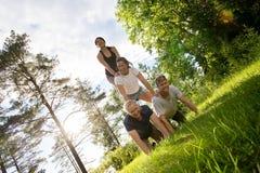 Εικόνα κλίσης των βέβαιων φίλων που κάνουν την ανθρώπινη πυραμίδα στον τομέα Στοκ εικόνες με δικαίωμα ελεύθερης χρήσης