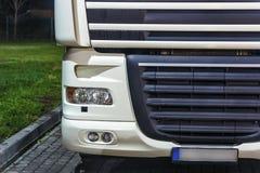 Εικόνα λεπτομέρειας κινηματογραφήσεων σε πρώτο πλάνο του μπροστινού μέρους ενός φορτηγού στοκ εικόνες