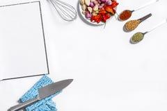 Εικόνα μαγειρέματος Layflat που παρουσιάζει ακατέργαστα συστατικά και που μαγειρεύει το utensi Στοκ εικόνες με δικαίωμα ελεύθερης χρήσης