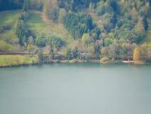 Εικόνα μετατόπισης κλίσης του τραίνου στο τοπίο φθινοπώρου δίπλα στη λίμνη στοκ φωτογραφία με δικαίωμα ελεύθερης χρήσης