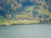 Εικόνα μετατόπισης κλίσης του τραίνου στο τοπίο φθινοπώρου δίπλα στη λίμνη στοκ εικόνες