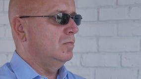 Εικόνα με έναν βέβαιο επιχειρηματία που φορά τα γυαλιά ηλίου στοκ εικόνες