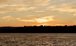 εικόνα με ένα καταπληκτικό ηλιοβασίλεμα σε μια λίμνη Στοκ Φωτογραφία
