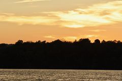 εικόνα με ένα καταπληκτικό ηλιοβασίλεμα σε μια λίμνη Στοκ Φωτογραφίες
