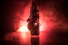 Εικόνα μιας ορολογιακής βόμβας στο σκοτεινό κλίμα Υπολογισμός χρονομέτρων κάτω στην εκπυρσοκρότηση που φωτίζεται ελαφρύ να λάμψει στοκ εικόνες
