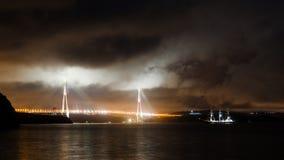 Εικόνα νύχτας του κόλπου θάλασσας με το σκάφος, γέφυρα Στοκ Φωτογραφία