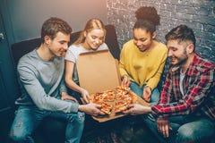 Εικόνα ομάδας των σπουδαστών όπου καθένας κρατά μια ειρήνη της πίτσας Είναι τόσο πεινασμένοι που μπορούν ` τ να περιμένουν άλλο Στοκ εικόνες με δικαίωμα ελεύθερης χρήσης