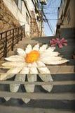 Εικόνα λουλουδιών ζωγραφικής στο δημόσιο σκαλοπάτι Στοκ φωτογραφία με δικαίωμα ελεύθερης χρήσης