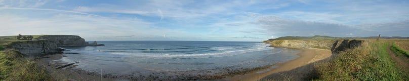 Εικόνα πανοράματος μιας ευρύ παραλίας ή ενός κόλπου στον Ατλαντικό Ωκεανό στοκ εικόνες