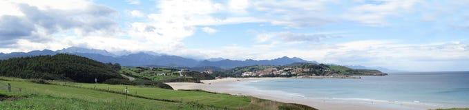 Εικόνα πανοράματος μιας παραλίας ή ενός κόλπου στον Ατλαντικό Ωκεανό με το χωριό στο backgound στοκ φωτογραφία με δικαίωμα ελεύθερης χρήσης