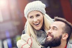 Εικόνα που παρουσιάζει ευτυχές νέο ζεύγος που χρονολογεί στην πόλη Στοκ Φωτογραφίες