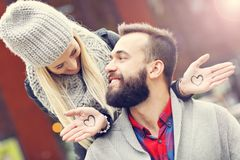 Εικόνα που παρουσιάζει ευτυχές νέο ζεύγος που χρονολογεί στην πόλη Στοκ φωτογραφίες με δικαίωμα ελεύθερης χρήσης