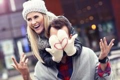 Εικόνα που παρουσιάζει ευτυχές νέο ζεύγος που χρονολογεί στην πόλη Στοκ Εικόνες