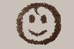 Εικόνα προσώπου χαμόγελου φιαγμένη επάνω από φασόλια καφέ Στοκ φωτογραφία με δικαίωμα ελεύθερης χρήσης