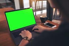 Εικόνα προτύπων της επιχειρησιακής γυναίκας χρησιμοποιώντας και δακτυλογραφώντας στο lap-top με την κενή πράσινη οθόνη, το φλυτζά Στοκ εικόνα με δικαίωμα ελεύθερης χρήσης
