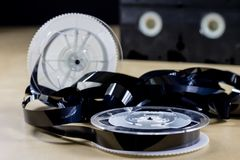 Εικόνα στην τηλεοπτική ταινία Ταινία μαγνητοταινιών που τυλίγεται στα στροφία Ξύλινο Tabl Στοκ Εικόνα