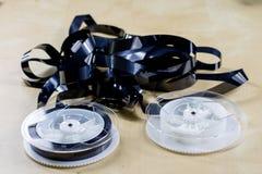 Εικόνα στην τηλεοπτική ταινία Ταινία μαγνητοταινιών που τυλίγεται στα στροφία Ξύλινο Tabl Στοκ Φωτογραφίες