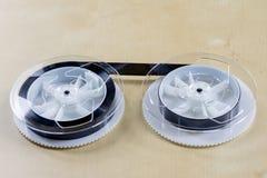 Εικόνα στην τηλεοπτική ταινία Ταινία μαγνητοταινιών που τυλίγεται στα στροφία Ξύλινο Tabl Στοκ Φωτογραφία