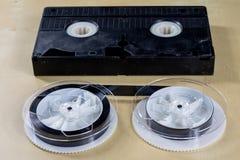 Εικόνα στην τηλεοπτική ταινία Ταινία μαγνητοταινιών που τυλίγεται στα στροφία Ξύλινο Tabl Στοκ φωτογραφίες με δικαίωμα ελεύθερης χρήσης