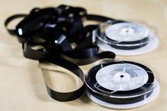 Εικόνα στην τηλεοπτική ταινία Ταινία μαγνητοταινιών που τυλίγεται στα στροφία Ξύλινο Tabl Στοκ φωτογραφία με δικαίωμα ελεύθερης χρήσης