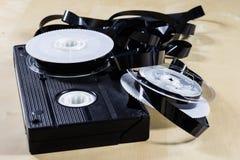 Εικόνα στην τηλεοπτική ταινία Ταινία μαγνητοταινιών που τυλίγεται στα στροφία Ξύλινο Tabl Στοκ Εικόνες